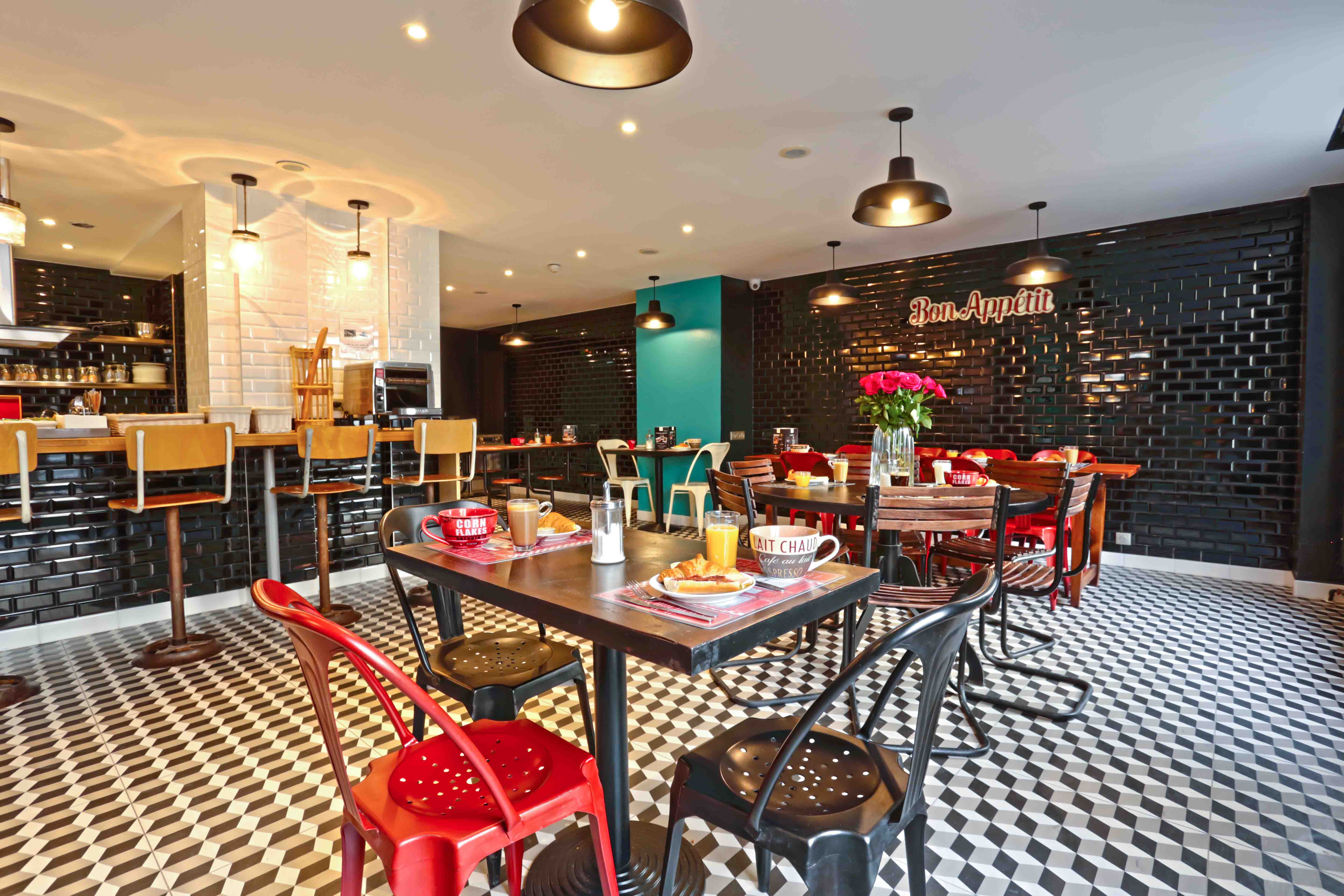 hotel hostel paris arty le village montmartre. Black Bedroom Furniture Sets. Home Design Ideas